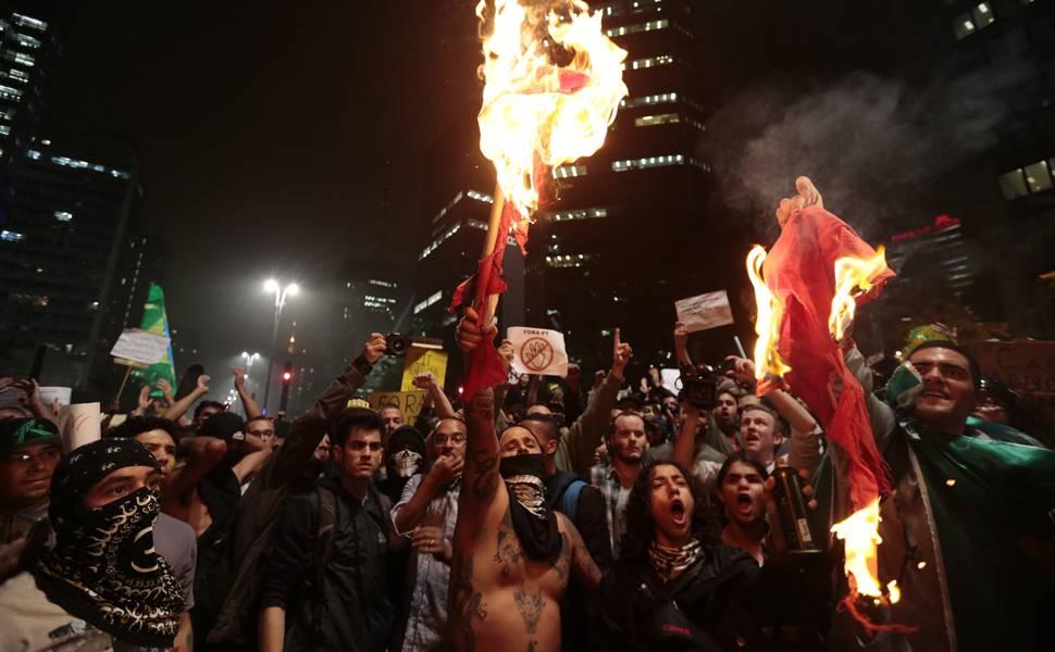 εξεγερμένοι καίνε τη σημαία του Εργατικού Κόμματος, Σάο Πάολο, 20/6/2013