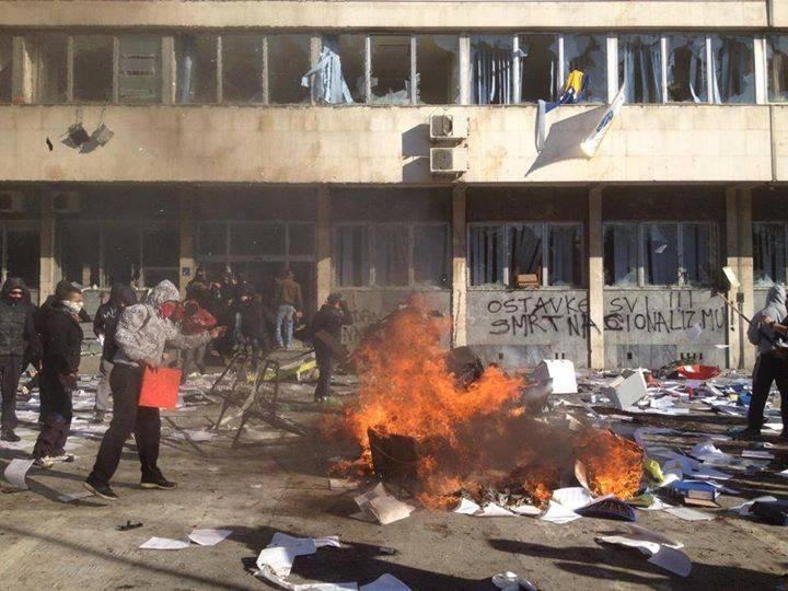 """""""Να φύγουν όλοι. Θάνατος στον εθνικισμό!"""" στον τοίχο του δημαρχείου της Τούζλας"""